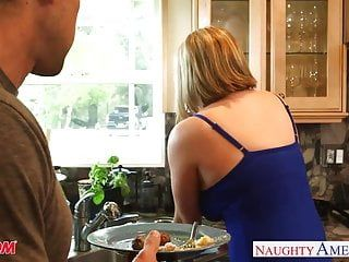 Voluptuous blond mama maggie green gives titjob